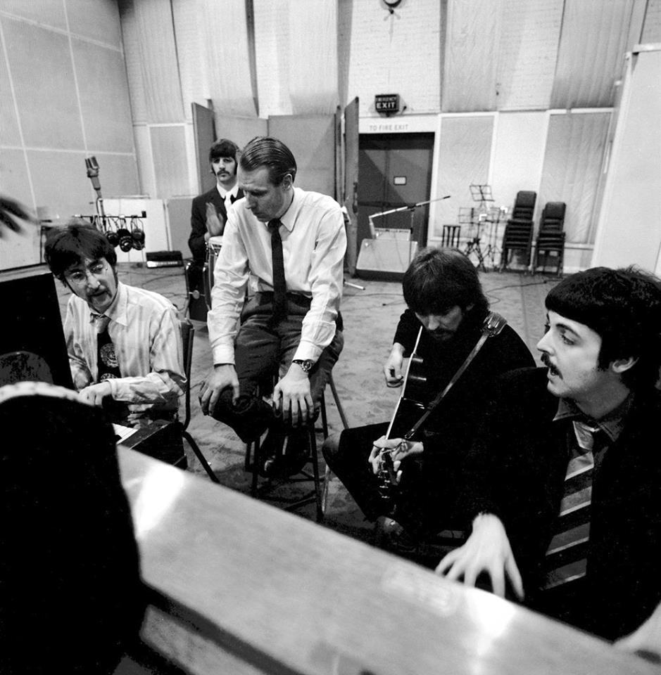 George Martin en el estudio de grabación junto a Los Beatles