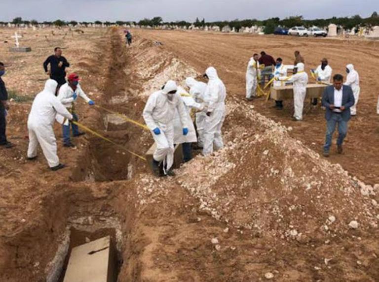 Fosa común para sepultar a las víctimas del coronavirus en Guayaquil