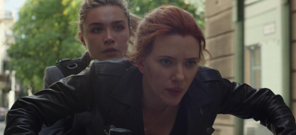 Scarlett Johansson entregará el testigo a la británica Florence Pugh como Black Widow en la próxima cinta de la famosa espía, que se estrenará el 6 de noviembre.