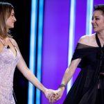 Penélope Cruz entrega a Marion Cotillard premio en el Festival de Cine de San Sebastián
